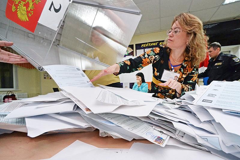 Члены избирательной комиссии во время подсчета голосов на одном из избирательных участков