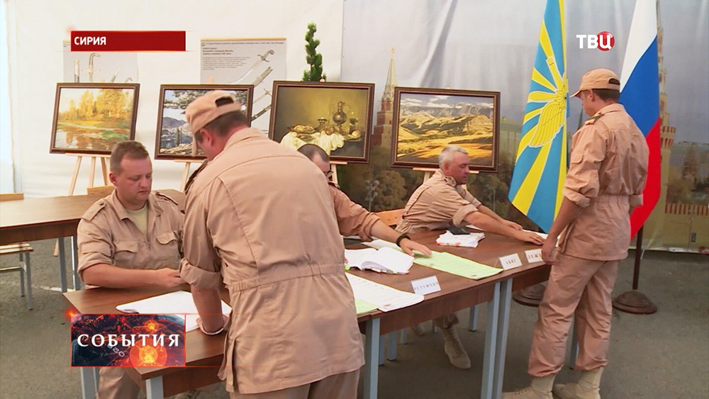 Российские военнослужащие во время голосования