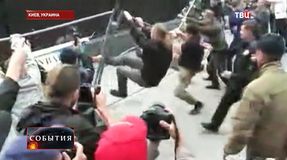 Беспорядки у здания Российского посольства в Киеве
