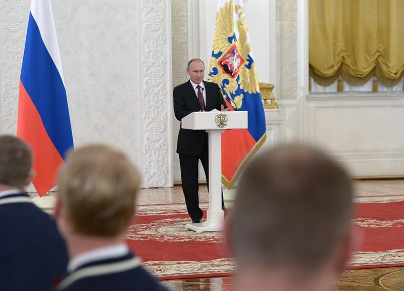 Президент России Владимир Путин во время встречи в Кремле с паралимпийской сборной России по летним видам спорта