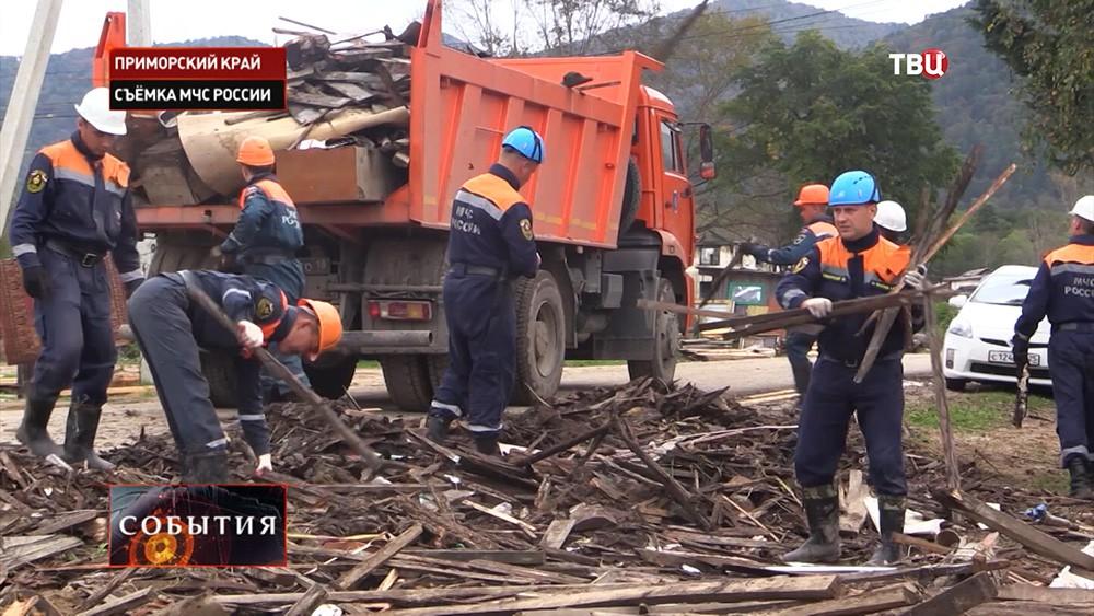 Спасатели МЧС во время устранения последствий тайфуна в Приморье