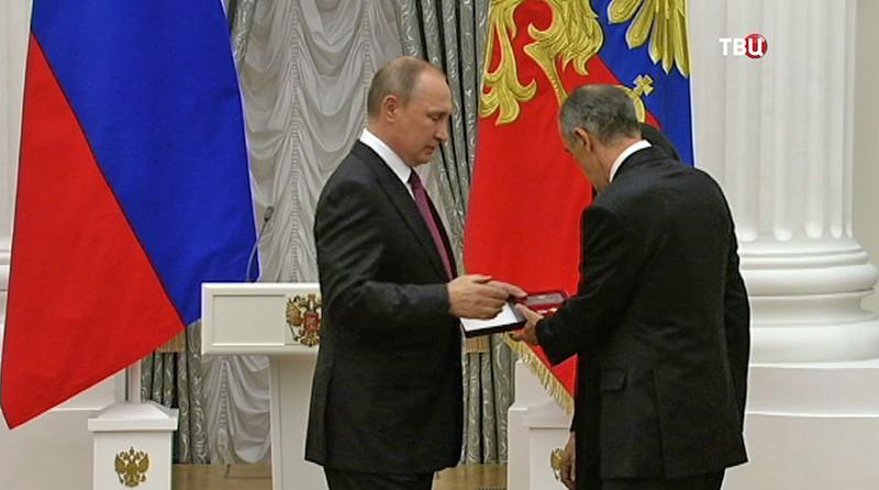 Президент России Владимир Путин вручает государственные награды