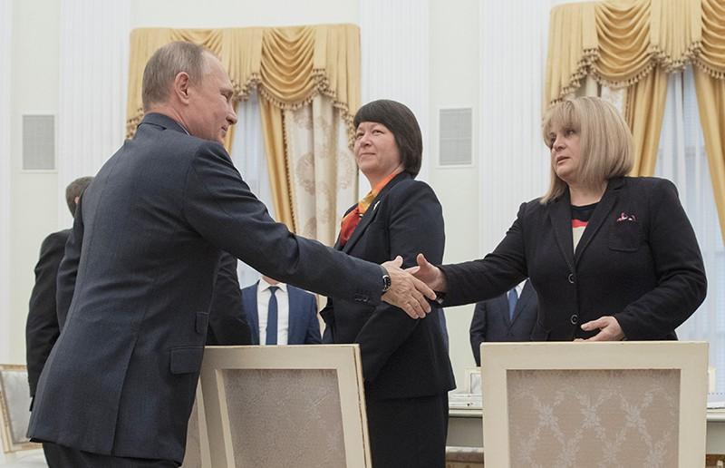Президент России Владимир Путин во время встречи с председателем ЦИК Эллой Памфиловой