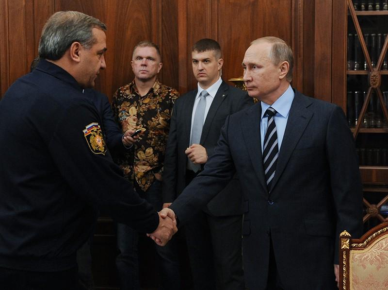 Президент России Владимир Путин и глава МЧС Владимир Пучков
