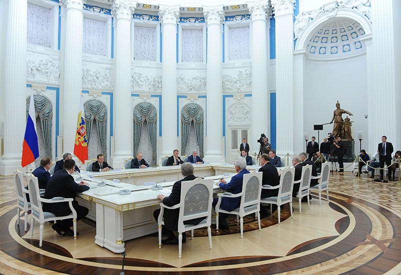 Президент России Владимир Путин проводит встречу в Кремле с лидерами партий