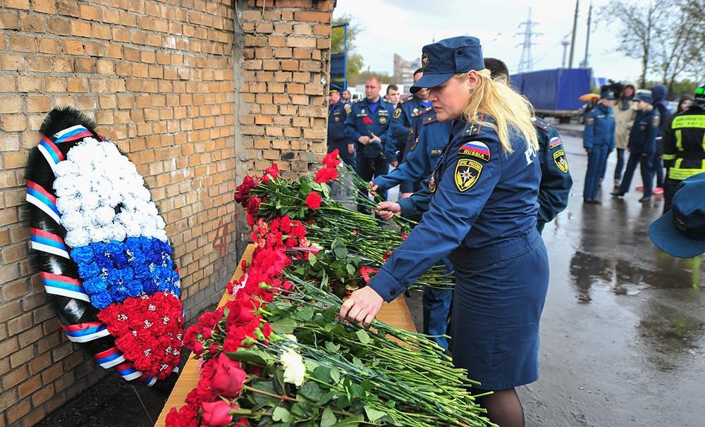 Возложение цветов к складу на ул. Амурская, где при тушении погибли восемь пожарных