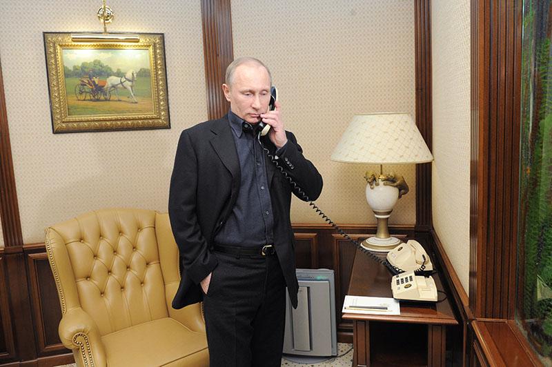 Президент России Владимир Путин во время разговора по телефону