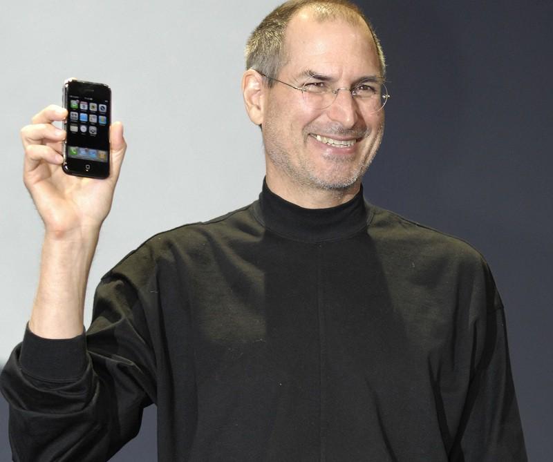 Стив Джобс представляет iPhone первого поколения