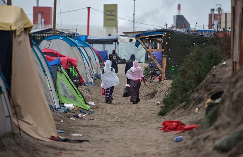 Стихийный лагерь мигрантов в пригороде города Кале