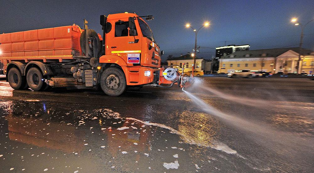 Поливальные машины проводят уборку улиц