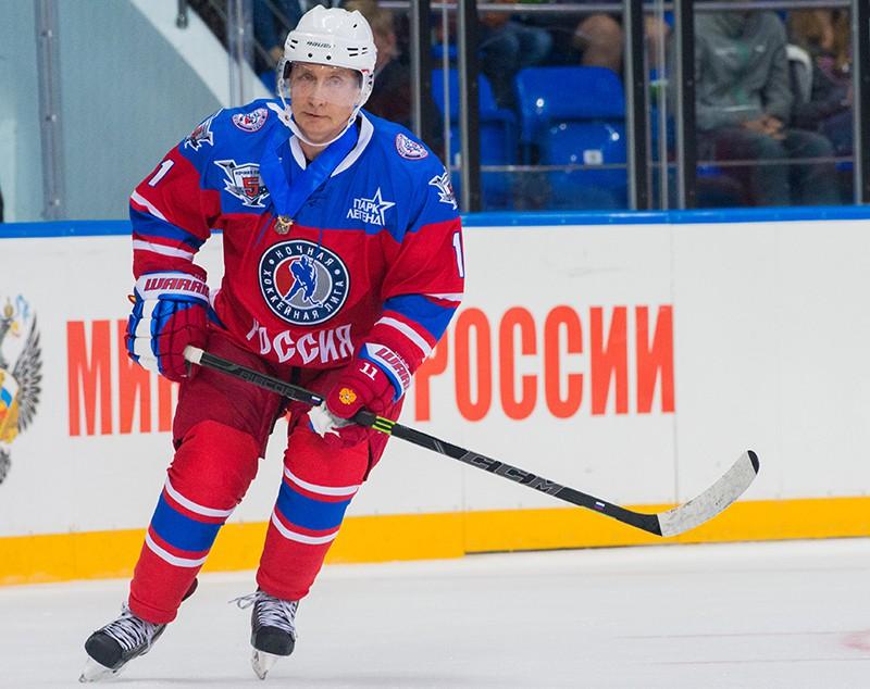 Президент РФ Владимир Путин принимает участие в матче между сборной командой чемпионов Ночной хоккейной лиги (НХЛ) и сборной Правления и почетных гостей Ночной хоккейной лиги (НХЛ)