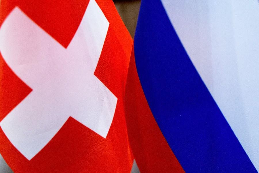 Флаги России и Швейцарии