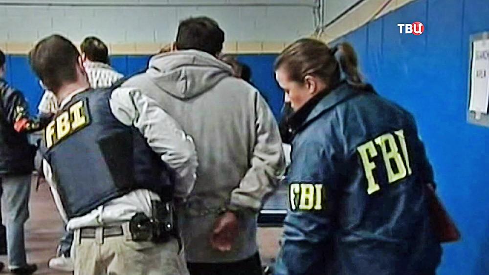 Служащие ФБР проводят задержание