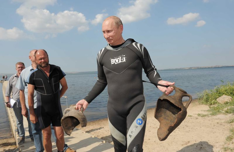 Владимир Путин поднял амфоры со дна Таманского залива
