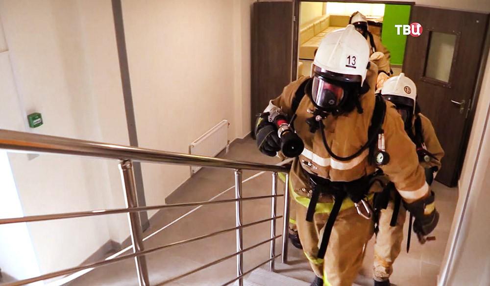 Пожарные МЧС проводят эвакуацию