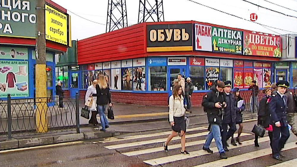 Торговые павильоны у станции метро