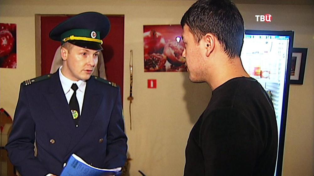 Советник управления контролем за объектами недвижимости Москвы осматривает обьект