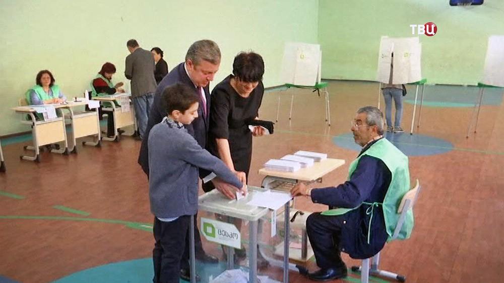 Премьер-министр Грузии Гиорги Квирикашили голосует с семьей на выборах