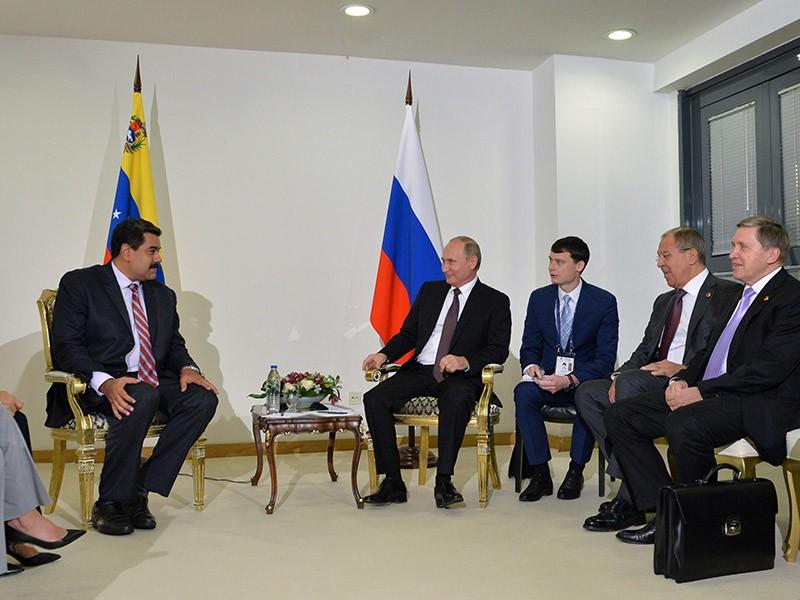 Президент России Владимир Путин и президент Венесуэлы Николас Мадуро во время встречи в Стамбуле