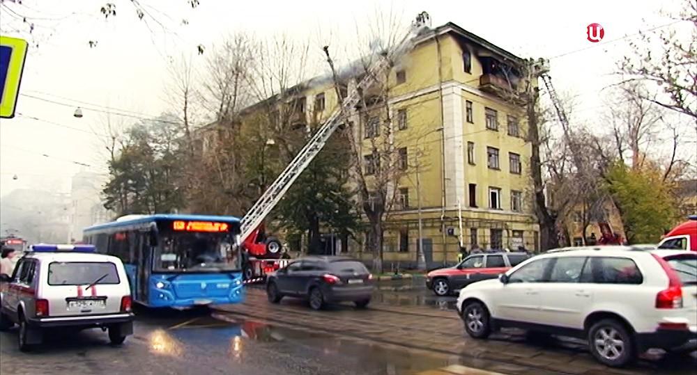 Ликвидация пожара в расселенной пятиэтажке на ул. Кожевническая