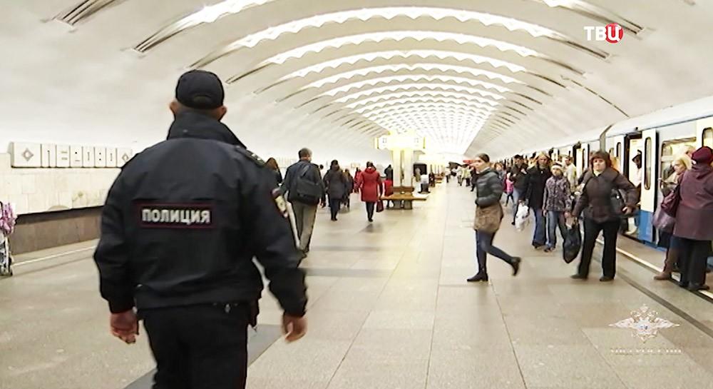 Полицейский на станции метро