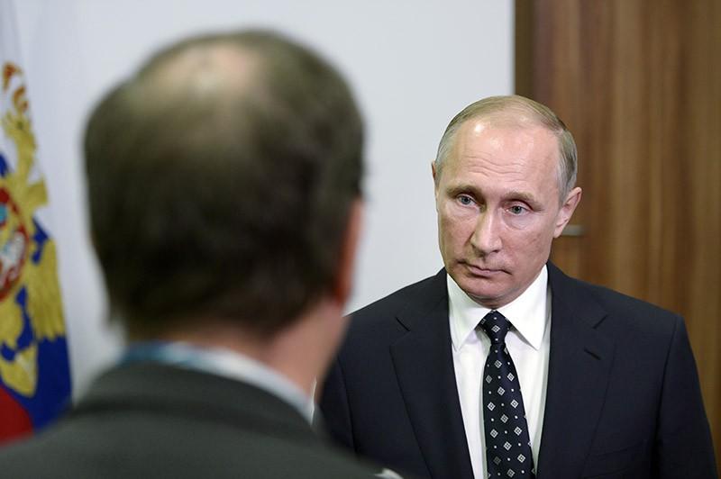 Президент России Владимир Путин во время ответов на вопросы французских журналистов телеканала TF1