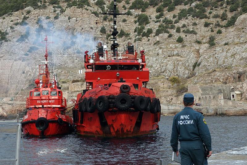 Корабли со спасенными членами экипажа плавучего крана