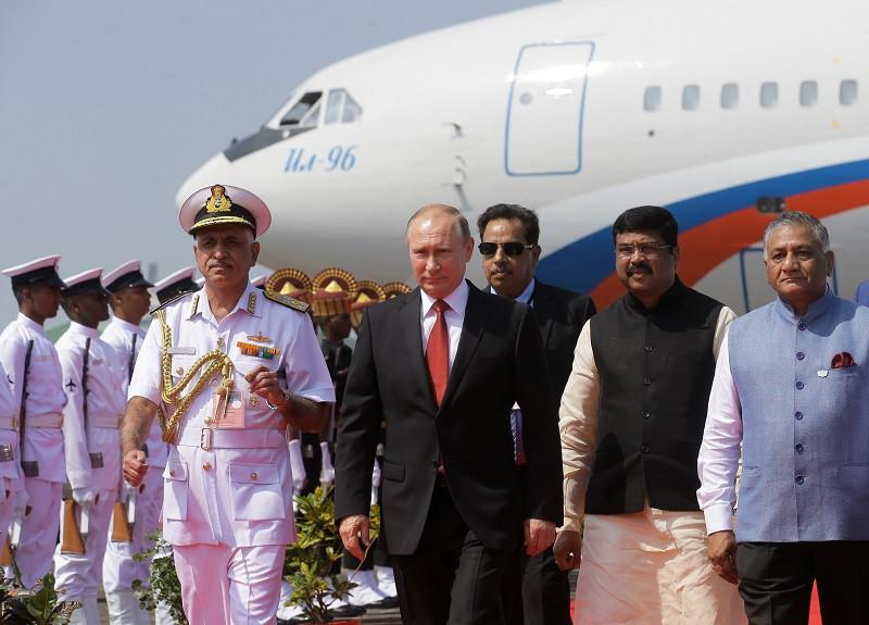 Владимир Путин во время встречи на лётном поле индийского аэропорта Даболим в штате Гоа