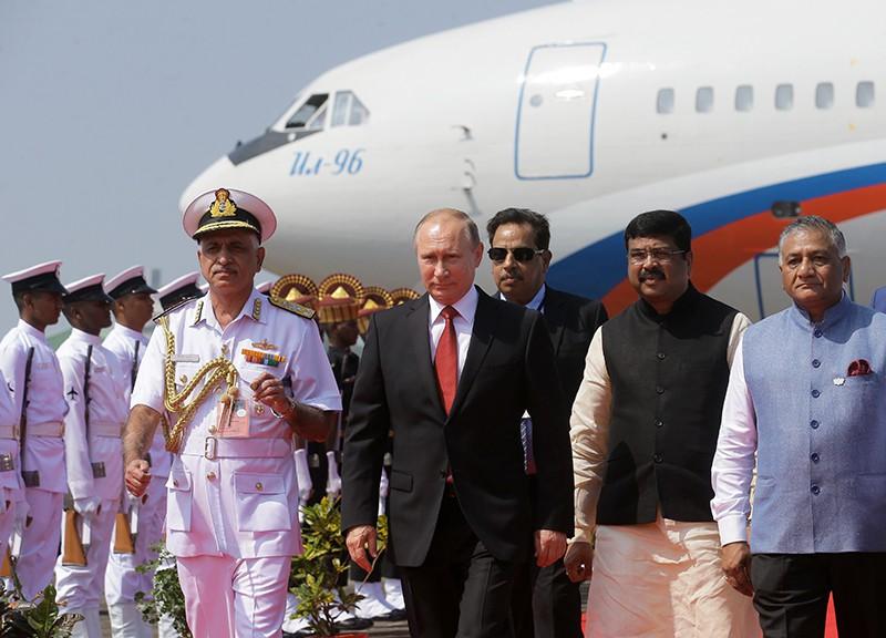 Президент РФ Владимир Путин во время встречи на лётном поле индийского аэропорта Даболим в штате Гоа