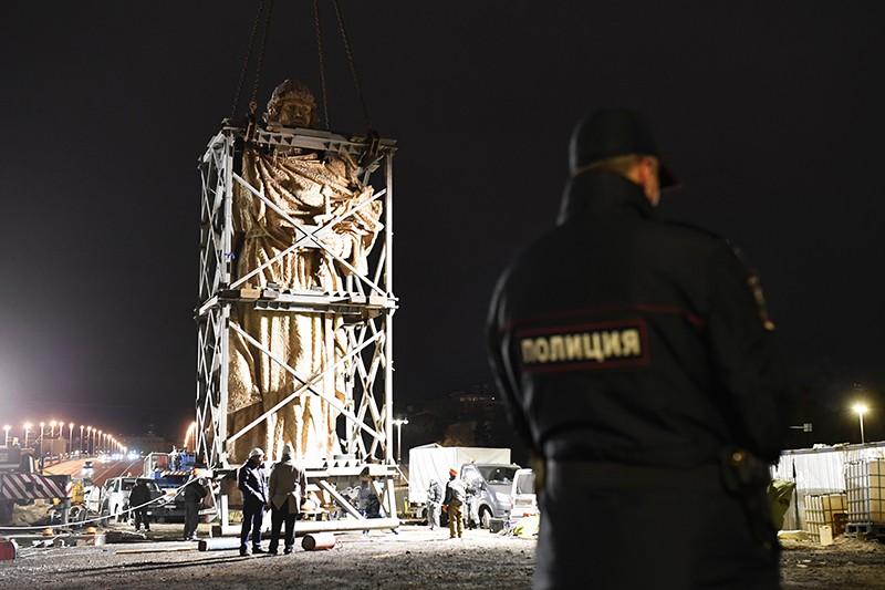 Монтаж памятника князю Владимиру