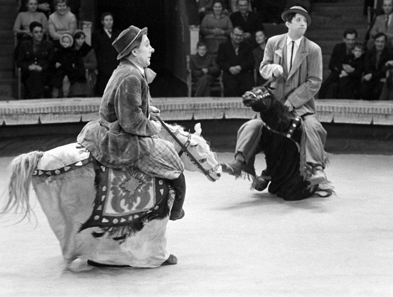 Знаменитый клоунский дуэт Юрия Никулина (справа) и Михаила Шуйдина (слева) выступает на арене цирка на Цветном бульваре