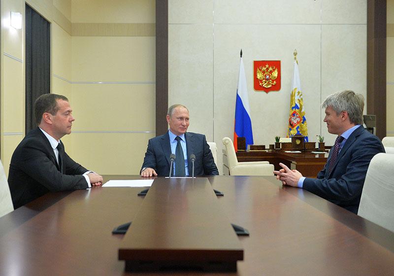 Президент РФ Владимир Путин, председатель правительства РФ Дмитрий Медведев и заместитель министра спорта РФ Павел Колобков (справа) во время встречи