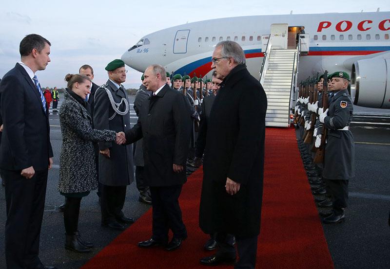 Президент России Владимир Путин во время встречи в аэропорту Берлина