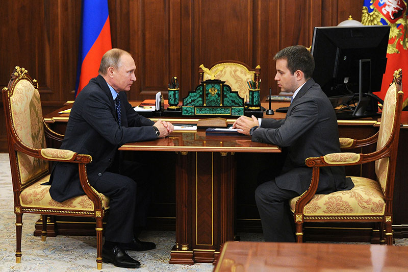 Президент России Владимир Путин и министр связи и массовых коммуникаций РФ Николай Никифоров
