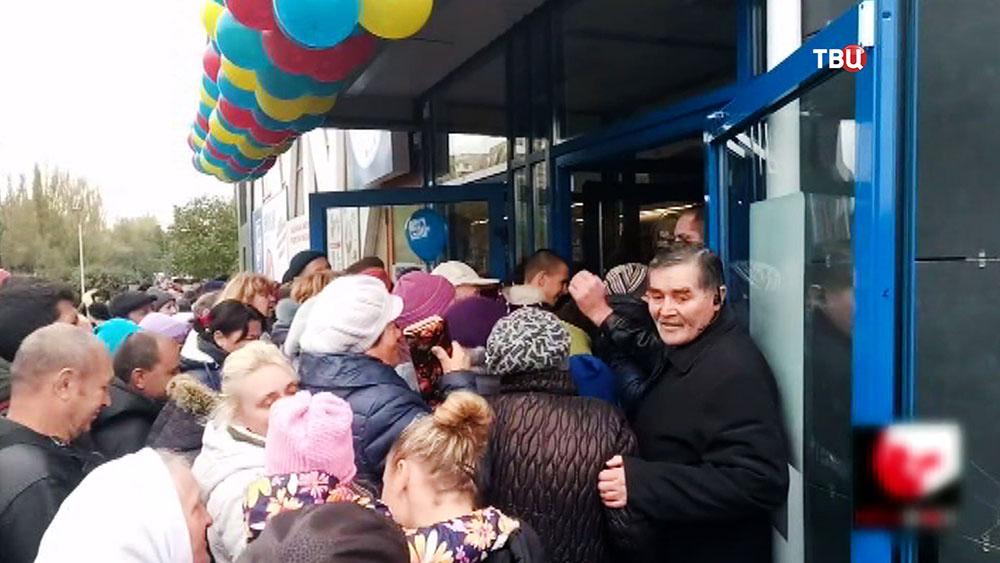 Массовая давка в супермаркете на Украине