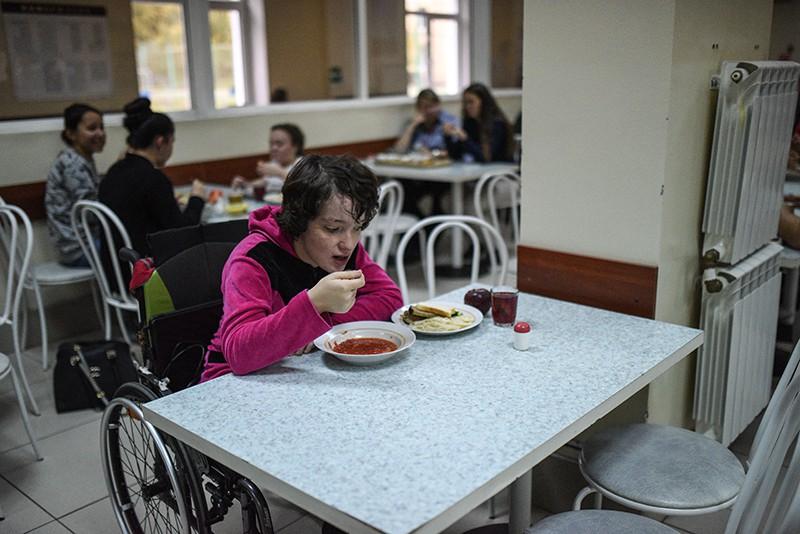 Студенты Московского государственного гуманитарно-экономического университета обедают в столовой