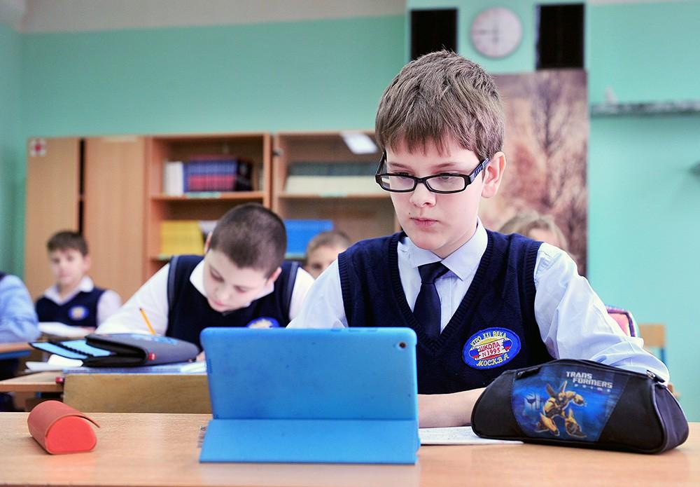 Школьники с планшетами
