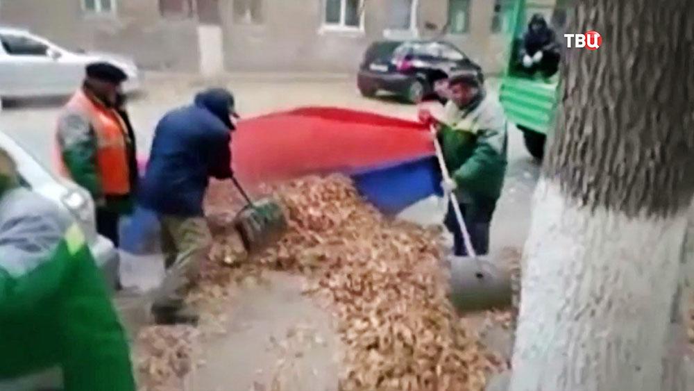 Дворники собирают мусор в российский флаг