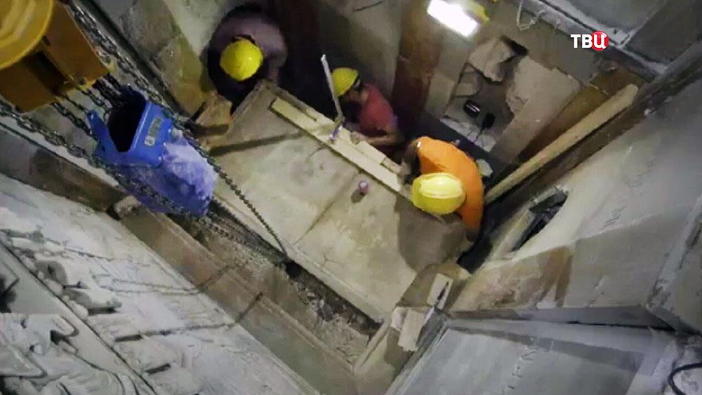 Снятие плиты с погребального ложа Иисуса Христа в храме Гроба Господня в Иерусалиме
