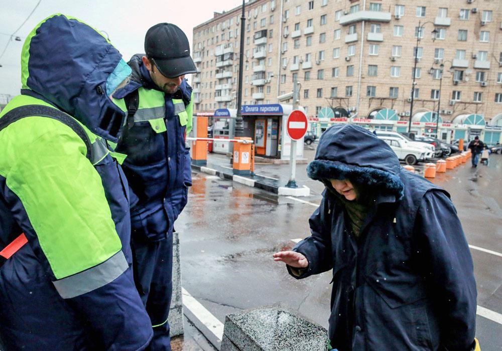 """Сотрудники """"Социального патруля"""" помогает бездомным людям"""
