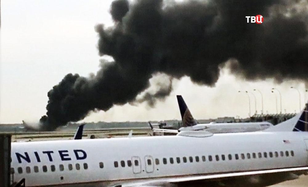 Горящий самолет на аэродроме в США