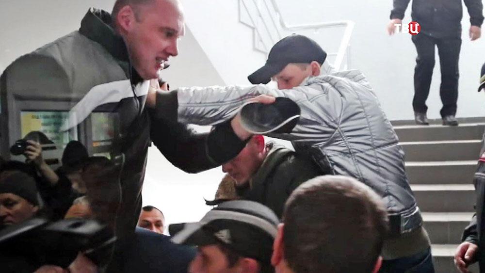 Недовольные тарифами ЖКХ пенсионеры штурмовали горсовет на Украине