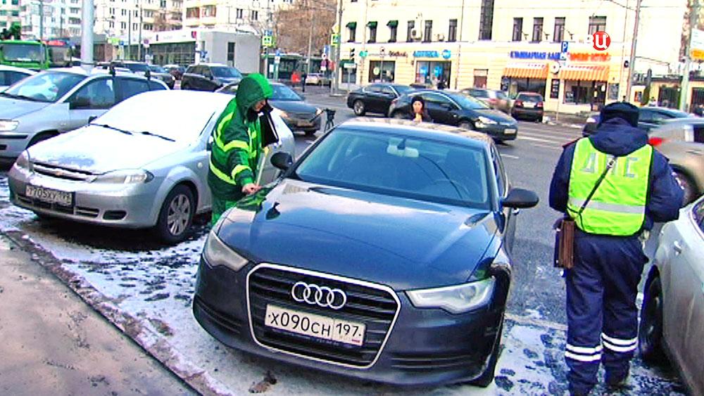 Инспектор ДПС и ЦОДД проводят рейд по парковкам