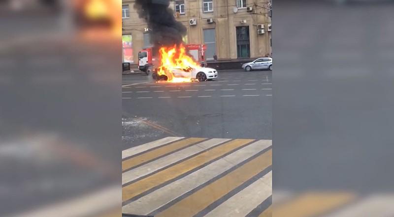 Горящий в центре Москвы автомобиль BMW