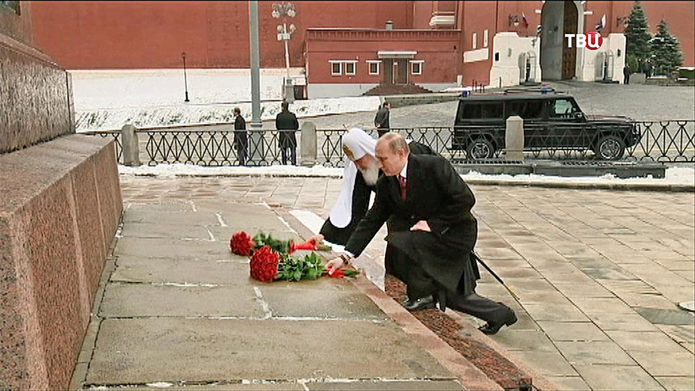 Президент России Владимир Путин и Патриарх Московский и всея Руси Кирилл возлогают цветы к памятнику Минину и Пожарскому