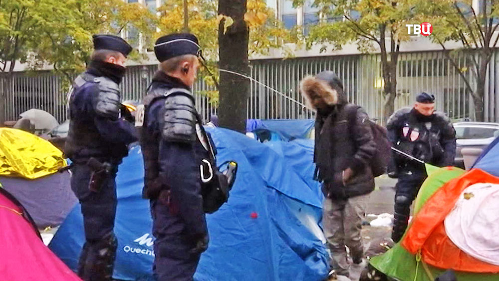 Полиця Франции в палаточном городке мигрантов