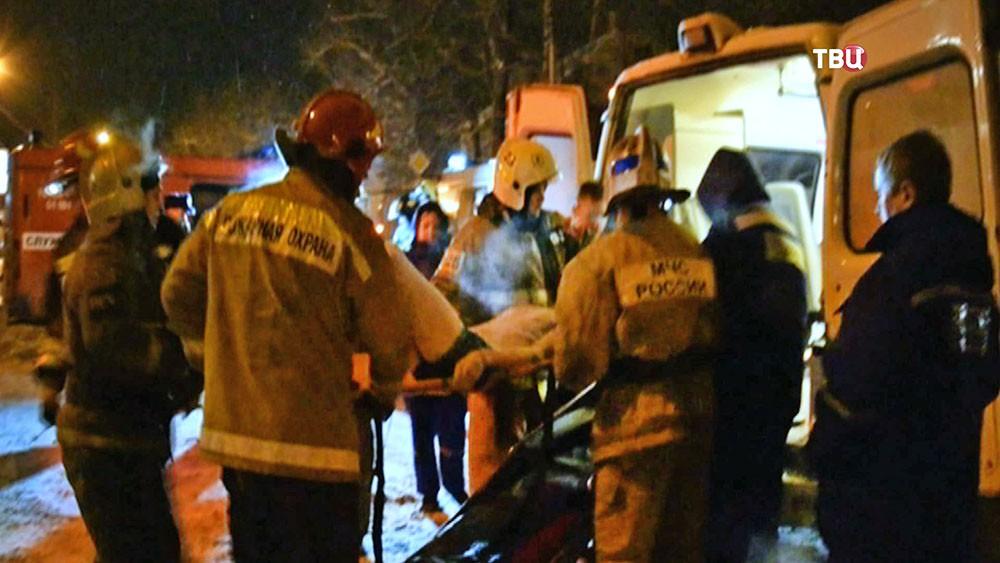 Спасатели МЧС эвакуируют пострадавших