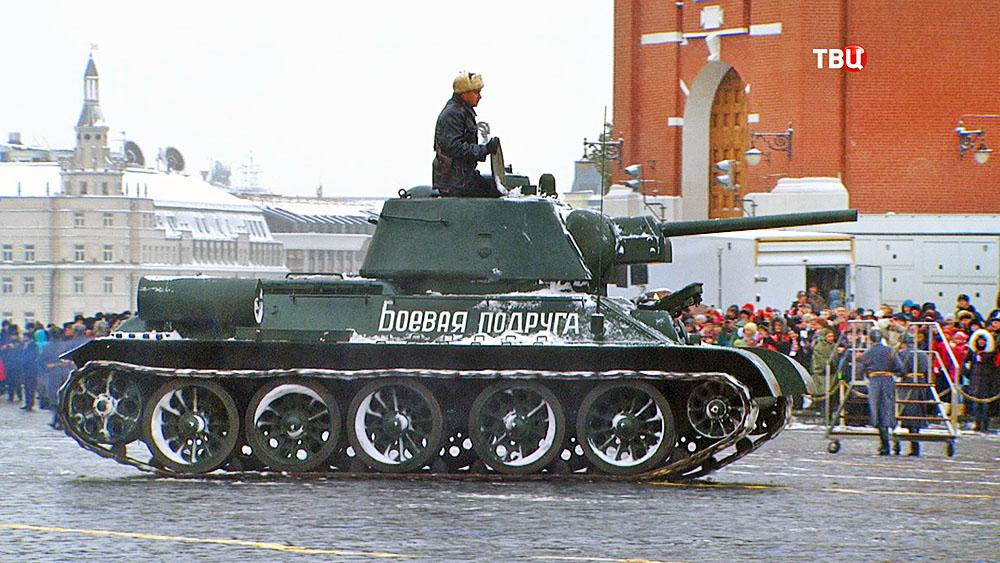 Военная техника на марше в честь парада 1941 года на Красной площади