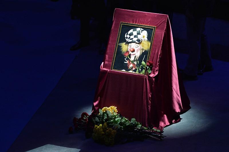 Фотография артиста цирка, клоуна Олега Попова на церемонии прощания в Ростовском государственном цирке