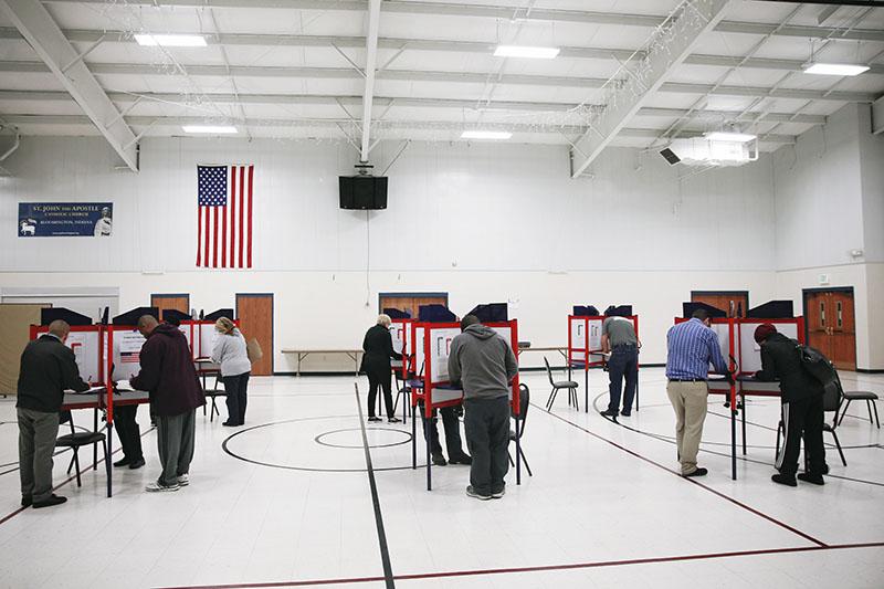 Избиратели голосуют на выборах президента США на избирательном участке
